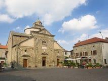 Plaza principal de Roccaverano Iglesia de Santa Maria Annunziata en el le Imagen de archivo