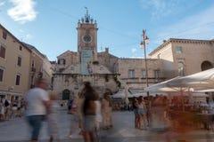 Plaza principal de Zadar con el turista borroso que hace turismo en última hora de la tarde fotos de archivo