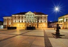 Plaza principal Rynek y ayuntamiento de Kielce, después de la puesta del sol Foto de archivo libre de regalías