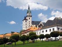 Plaza principal y castillo en Kremnica fotos de archivo