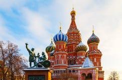 Plaza Roja del invierno de la catedral del ` s de la albahaca del St en Moscú foto de archivo