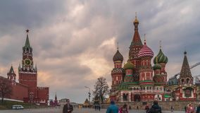 Plaza Roja y la catedral de la albahaca del St en Mosc? metrajes
