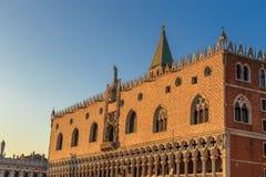 Plaza San Marco con el campanil, Basilika San Marco y el palacio del dux Venecia, Italia Foto de archivo