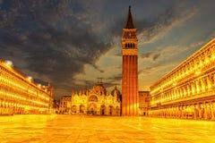 Plaza San Marco en Venecia, igualando la visión en luces fotografía de archivo libre de regalías