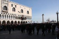 Plaza San Marco en Venecia, Italia, durante el carnaval de Venecia Foto de archivo libre de regalías