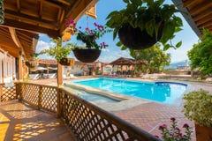 Plaza Santa Fe de Caseron del hotel de la piscina en Antioquia Colombia Fotografía de archivo libre de regalías