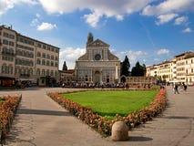 Plaza Santa Maria Novella, Florencia Iglesia con las flores imágenes de archivo libres de regalías
