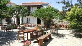 Plaza, sillas y bancos viejos, islas de Grecia foto de archivo