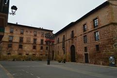 Plaza típica do Spectacular com suas construções Avermelhado-hued em Najera Arquitetura, curso foto de stock royalty free