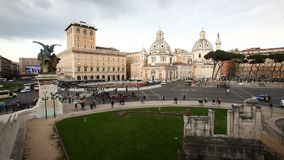Plaza Venezia, calzada Rojo, amarillo, verde Ventanas viejas hermosas en Roma (Italia) almacen de metraje de vídeo