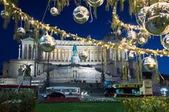 Plaza Venezia con las luces de la Navidad y el árbol adornado Foto de archivo libre de regalías