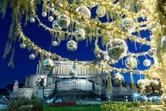 Plaza Venezia con las luces de la Navidad y el árbol adornado Foto de archivo