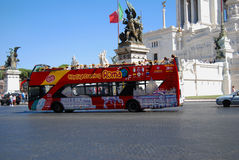 Plaza Vittorio Emanuele II - autobús turistic de Roma Imagen de archivo libre de regalías
