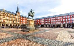 Plazaborgmästare med statyn av konungen Philips III i Madrid, Spanien arkivbild