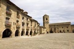 Plazaborgmästare, i Ainsa, Huesca, Spanien i Pyrenees berg, en gammal walled stad med bergstoppsikter av Cinca och Ara Rivers Arkivbilder