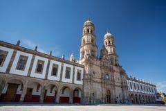 Plazade-las Americas och kyrka, Zapopan, Guadalajara, MexicoPlaza de las Americas och kyrka, Zapopan, Guadalajara, Mexico arkivfoton