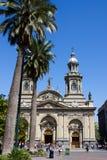 Plazen de Arams i Santiago, Chile attraktionfolk till dess parkerar område på en härlig solklar dag royaltyfria bilder