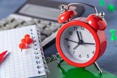 Plazo de la gestión de tiempo Tiempo que cuenta el trabajo gráfico Plazos para el trabajo Alcance a cierto rato fotos de archivo libres de regalías
