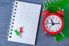 Plazo de la gestión de tiempo Tiempo que cuenta el trabajo gráfico Plazos para el trabajo Alcance a cierto rato imagenes de archivo