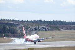 PLC & κοβάλτιο του Βερολίνου αέρα Luftverkehrs κλ, προσγείωση του Boeing 737-86J στοκ εικόνες
