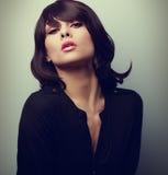 Plciowa kobieta z krótkim czarni włosy stylem Rocznika zbliżenie fotografia royalty free