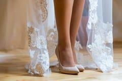 Plciowe nogi panna młoda Panna młoda stoi na drewnianej podłoga, but w śmietanka butach, i pokazuje jej piękne nogi Zdjęcie Stock
