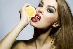 Plciowy blondynki dziewczyny portret z pomarańcze Zdjęcie Royalty Free