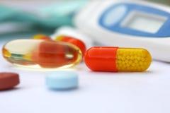Píldora multicolora con la medicina del desbloquear del tiempo Foto de archivo