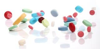 Píldoras de la medicina que caen Fotografía de archivo