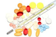 Píldoras del color con el termómetro Imagenes de archivo