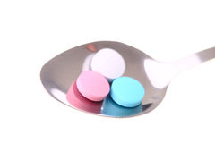 Píldoras en una cuchara. Imagen de archivo