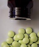Píldoras o vitaminas diarias Fotos de archivo libres de regalías
