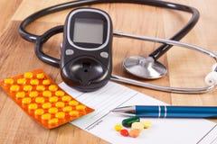Píldoras, tabletas o suplementos médicos con la prescripción, el glucometer y el estetoscopio, diabetes, concepto de la atención  Fotografía de archivo libre de regalías