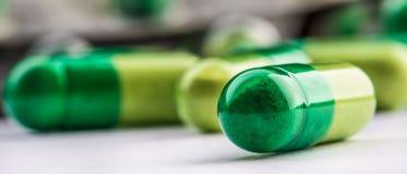 Píldoras tablillas Cápsula Montón de píldoras Fondo médico Primer de la pila de tabletas del verde amarillo Foto de archivo libre de regalías
