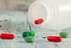 Píldoras verdes y rojas Fotos de archivo libres de regalías