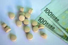 Píldoras y dinero, negocio abstracto médico Imagen de archivo libre de regalías