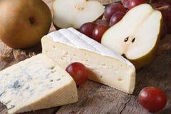 Pleśniejący ser, czerwoni winogrona i bonkrety horyzontalny, obraz royalty free