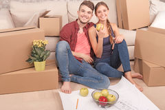 Pleasant young couple holding apples Royalty Free Stock Images