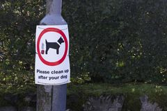 Please clean up after your dog sign on lamp post royalty-vrije stock foto's