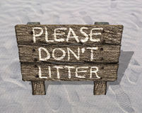 Please Do Not litter - Anti-litterbug Wood Sign On The Beach Royalty Free Stock Images
