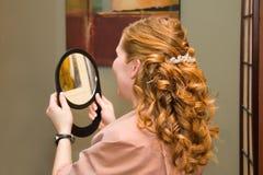 pleased elegant frisyr för kund Arkivbilder