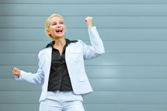 Pleased moderne bedrijfsvrouw bij de bureaubouw Stock Afbeeldingen