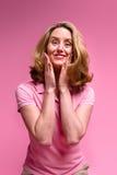 Pleased vrouw op roze Royalty-vrije Stock Afbeeldingen