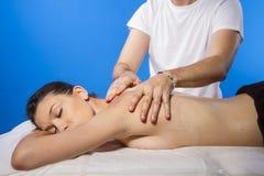 Pleasure.Masseur que hace masaje en cuerpo de la mujer en el salón del balneario. B Imagen de archivo