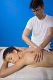 Pleasure.Masseur que hace masaje en cuerpo de la mujer en el salón del balneario. B Foto de archivo