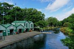 Pleasureboat hyror på floden Avon, Christchurch, Nya Zeeland royaltyfri fotografi