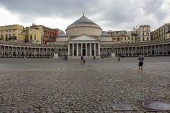 Plebiscito da praça com colunata e abóbada no dia nebuloso Marco de Nápoles Arquitetura italiana imagem de stock royalty free