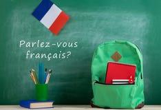 plecak, blackboard z tekstem &-x22; parlez-vous français? &-x22; , flaga Francja, książkowych i szkolnych dostawy, zdjęcie royalty free