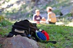 Plecak i bidon odpoczywa na ziemi zdjęcia stock