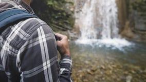 Plecak patka Dla Podróżować Na ramieniu Turystyczny siklawy tła zbliżenie Wycieczkuje podróży podróży wędrówki pojęcie obraz royalty free